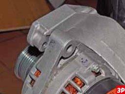 прижать генератор к кронштейну лада гранта/калина 2