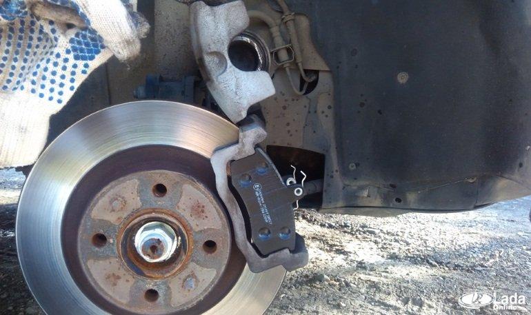 Замена передних тормозных колодок на автомобилях Лада