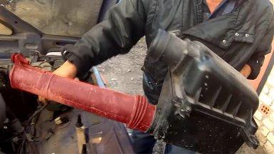Снимаем корпус воздушного фильтра двигателя Нивы