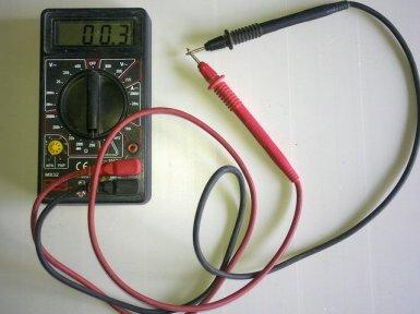 замыкаем щупы мультиметра (погрешность измерений)