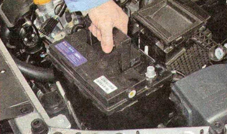Как открыть или закрыть Ладу Весту с севшим аккумулятором?
