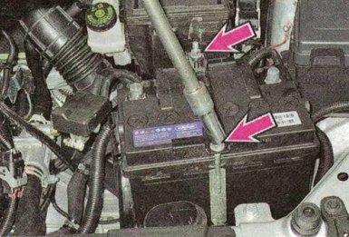 Снять планку крепления аккумулятора