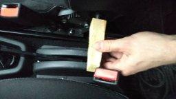 сдвигаем ось для регулировки наклона спинки сидений