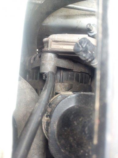 дополнительно протянуть «массу» от минусовой клеммы аккумулятора на генератор