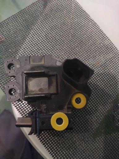 Изолировать минусовую щётку от «массы»