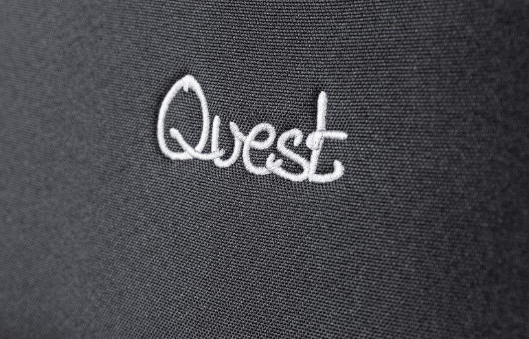 Логотип специальной серии на сиденьях первого ряда Lada Largus Cross Quest